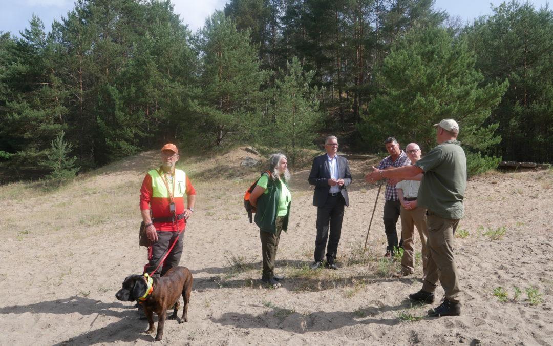 Staatssekretär MdB Uwe Feiler vor Ort bei der Kadaver-Suchhunde-Ausbildung